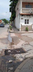 Aunado a los desperfectos del pavimento, los drenajes no cumplen su función.